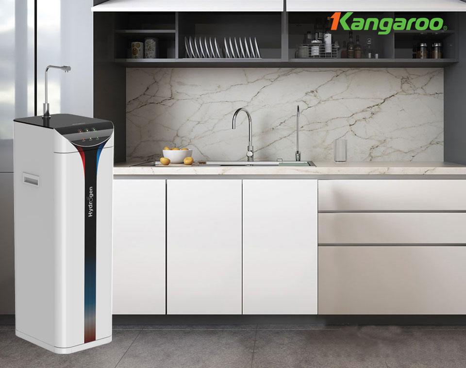 """Với vai trò là một Tập đoàn khoa học công nghệ, cùng sứ mệnh dẫn dắt thị trường, không ngừng nghiên cứu để mang đến những sản phẩm và giải pháp có giá trị tốt nhất cho sức khỏe cộng đồng, Kangaroo tự hào đã làm thay đổi thói quen sinh hoạt và tạo xu hướng sử dụng nước mới – Nước khỏe đến từng gia đình Việt Nam.  Là sản phẩm mới nhất của Tập đoàn Kangaroo, Máy lọc nước Kangaroo Hydrogen SLIM nóng lạnh KG10A6S có thiết kế rất đẹp mắt, kiểu dáng SLIM nhỏ gọn. Các màu sắc trên máy được phối vô cùng độc đáo, mang đến sự trẻ trung, hiện đại cho không gian sống.  Đặc biệt hơn, với 3 chế độ lấy nước Nóng/Lạnh/Hydrogen điều khiển hoàn toàn bằng cảm ứng điện tử siêu nhạy, kết hợp 3 đèn báo trạng thái, Máy lọc nước Hydrogen KG10A6S sẽ mang đến sự tiện nghi và cao cấp vượt trội.  Máy lọc nước Kangaroo Hydrogen Slim nóng lạnh KG10A6S Tích hợp 3 chế độ nước Nóng/Lạnh/Hydrogen Máy lọc nước Kangaroo Hydrogen KG10A6S được tích hợp 3 chế độ nước Nóng – Lạnh – Hydrogen, mang đến sự tiện lợi và tiết kiệm chi phí sử dụng cho gia đình – Chỉ 1 thiết bị nhưng mang đến 3 chức năng.  Bên cạnh đó, với công nghệ hiện đại, KG10A6S sẽ cho nguồn nước nóng đến 90ºC và nguồn nước lạnh sâu đến dưới 15ºC mà vẫn rất tiết kiệm điện, đảm bảo phục vụ nhu cầu sử dụng nước nóng hoặc lạnh hàng ngày cho gia đình bạn mà không sợ hao phí tiền điện.  Máy lọc nước Kangaroo Hydrogen Slim nóng lạnh KG10A6S Điều khiển hoàn toàn bằng giao diện cảm ứng điện tử siêu nhạy Điều đặc biệt để khiến Máy lọc nước Hydrogen SLIM KG10A6S trở thành """"siêu phẩm"""" mong chờ nhất năm 2021 chính là, Kangaroo đã loại bỏ hoàn toàn thao tác lấy nước bằng nút vặn cơ, để thay vào đó là điều khiển bằng hệ thống cảm ứng điện tử siêu nhạy – 1 trải nghiệm cao cấp và là lựa chọn xứng đáng cho mọi không gian sống hiện đại và công nghệ.  Máy lọc nước nóng lạnh KG10A6S có 3 phím cảm ứng tích hợp ánh sáng, tương ứng 3 chế độ Nóng – Lạnh – Hydrogen, giúp trải nghiệm lấy nước rất dễ dàng và cao cấp, ngay cả trong bóng tối. Bên cạnh đó, 3 đèn báo trạng"""